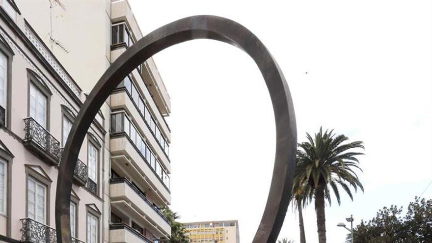 """Los familiares de las víctimas del accidente aéreo de Spanair ante la escultura de Martín Chirino en la calle Triana de Las Palmas de Gran Canaria para exigir """"verdad y justicia"""" sobre lo ocurrido en ese vuelo. EFE/Elvira Urquijo A."""
