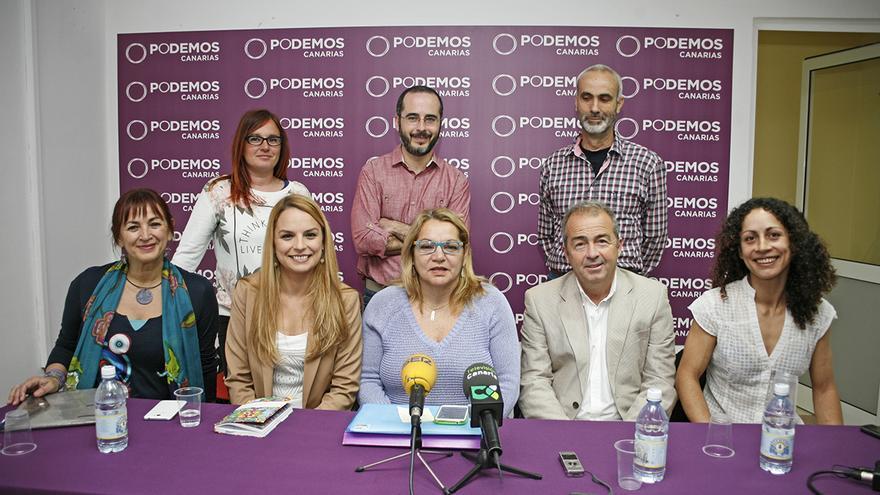 La secretaria general de Podemos Canarias, Meri Pita junto a los candidatos al Parlamento de cada isla. (Foto: ALEJANDRO RAMOS)