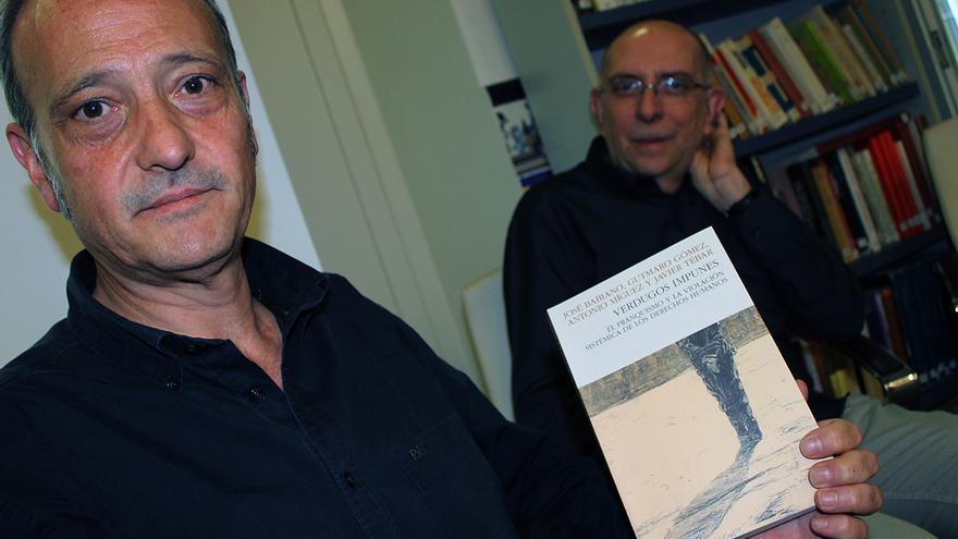 Javier Tébar y José Babiano, coautores de 'Verdugos impunes'.   JUAN MIGUEL BAQUERO