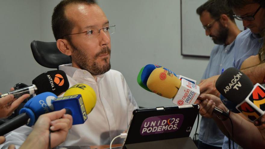 Echenique en la sede del partido en Zaragoza.
