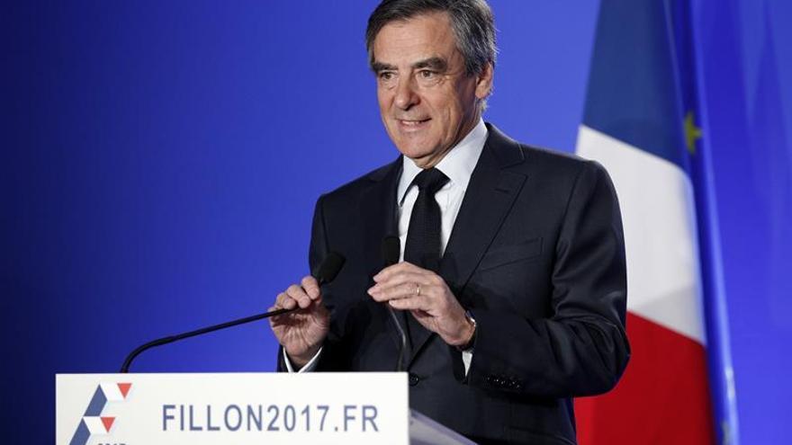 Fillon dice que ha sido convocado para ser imputado pero que no se retirará