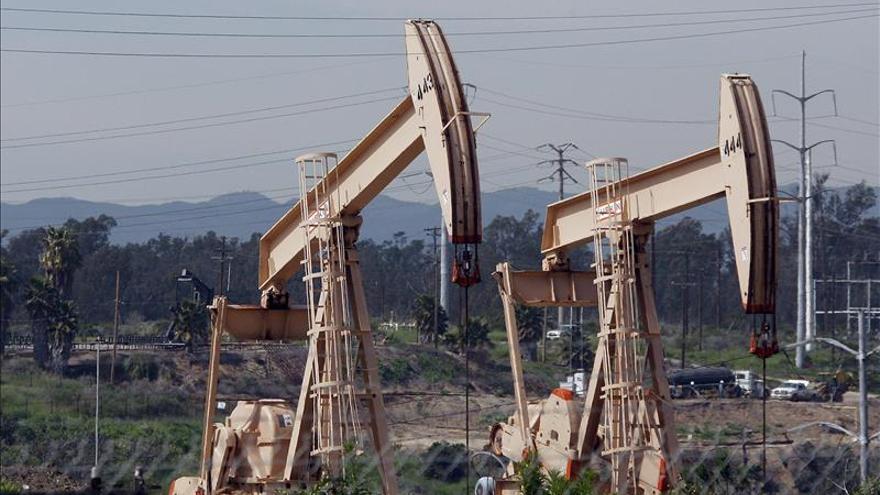 El petróleo de Texas baja un 10,23 % y cierra en su nivel más bajo desde 2009
