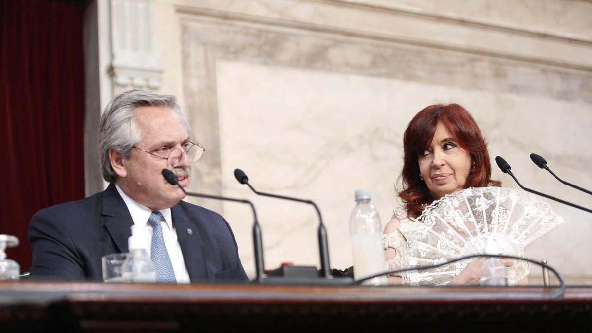 Alberto Fernández, bajo la atenta mirada de la Vicepresidenta.