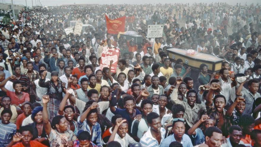 Llorando en una ceremonia fúnebre por los que fueron asesinados por la policía sudafricana en el Día Internacional para la Eliminación de la Discriminación Racial, en el municipio de Langa, en Uitenhage (Sudáfrica), en 1985