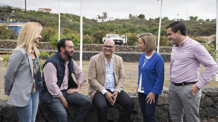Ana Oramas (segunda por la derecha) visitó este domingo La Palma.