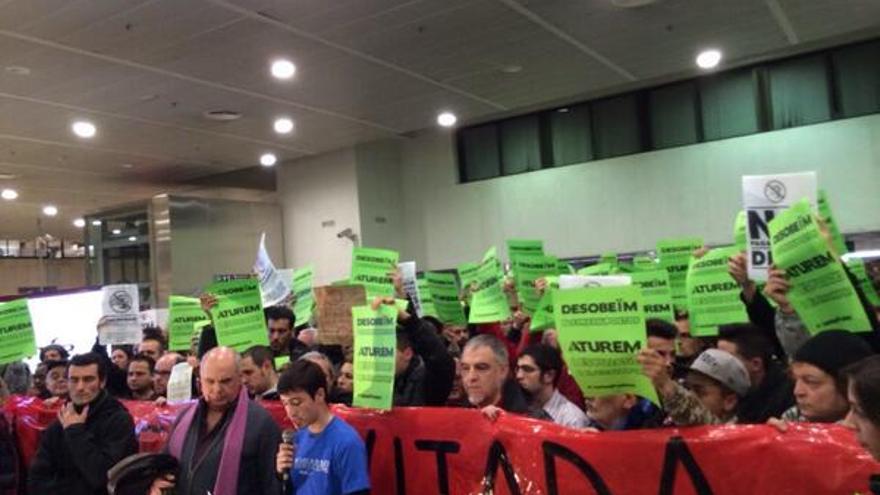 Concentración de la plataforma Stop Pujades en Barcelona contra la subida del precio del billete de metro. \ @StopPujades