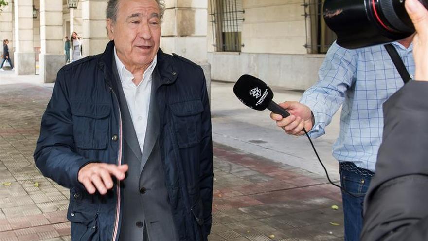 Jueza procesa al empresario que simuló besar a líder de Podemos Teresa Rodríguez