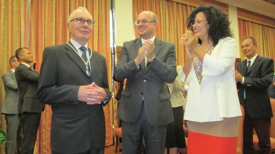Agustín Fariña (i) junto a Anselmo Pestana y Nieves Rosa Arroyo. Foto: LUZ RODRÍGUEZ.