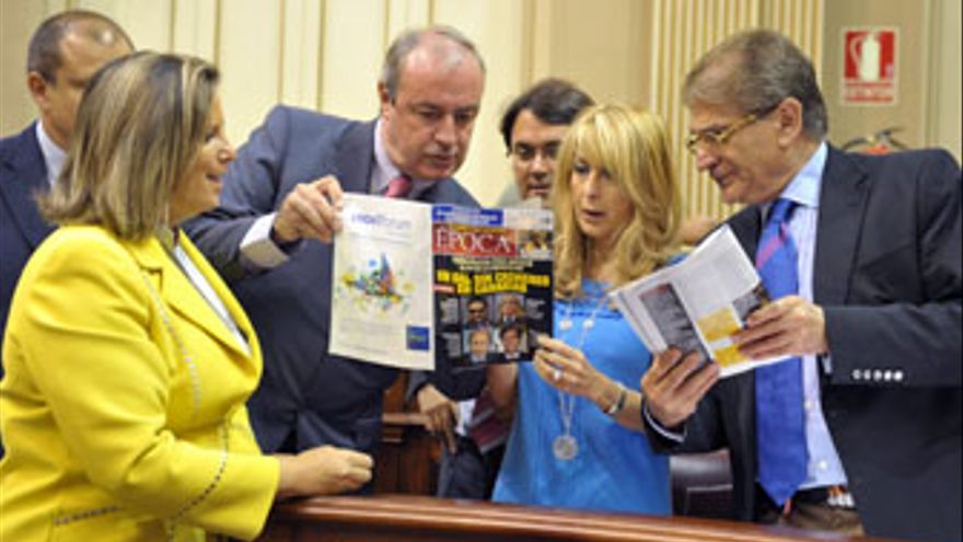 El PP se mofó 'Época' en mano de un supuesto 'GAL sin crímines en Canarias' en el mismo Parlamento regional.