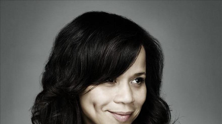 La actriz Rosie Pérez apoya una campaña para alentar a las mujeres a superarse
