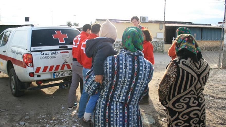 Voluntarios de Cruz Roja, en un asentamiento.