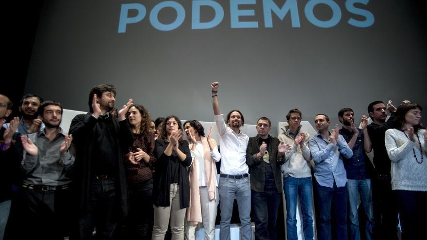 Pablo Iglesias celebra su elección como secretario general de Podemos, rodeado de los miembros de la primera dirección del partido.
