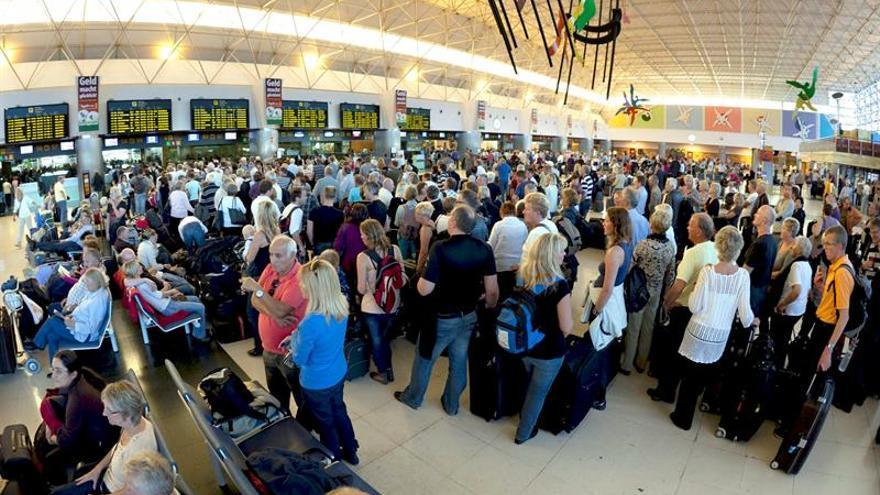 Diez guardias del aeropuerto de Gran Canaria, culpables de exigir sobornos