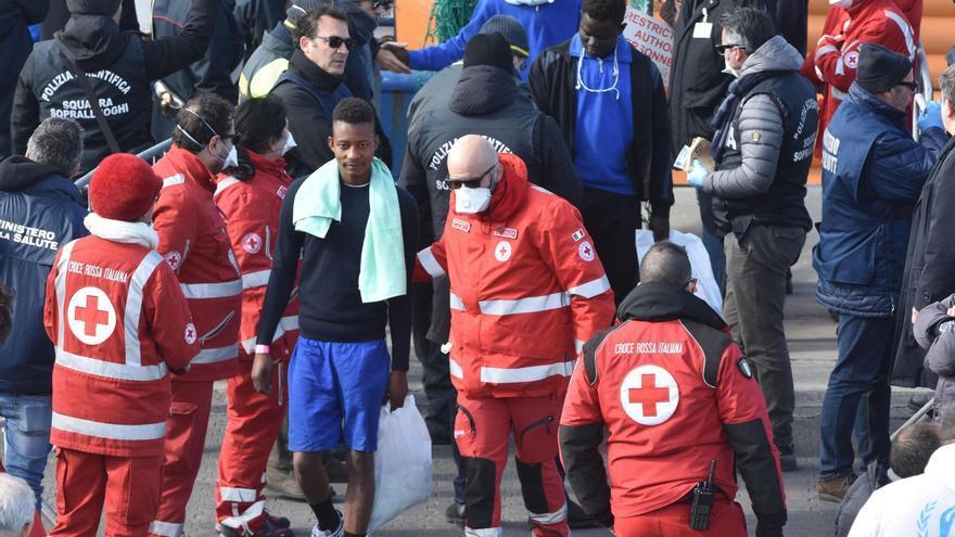 Trabajadores de la Cruz Roja asisten a los 47 inmigrantes rescatados en el Mediterráneo  tras desembarcar este jueves en el puerto de Catania, sur de Sicilia, Italia.