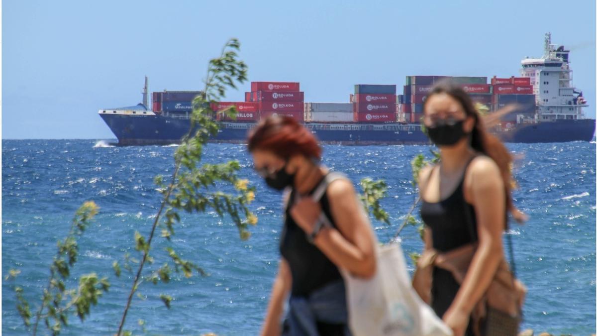 Jóvenes por la Avenida Marítima de Santa Cruz de La Palma.