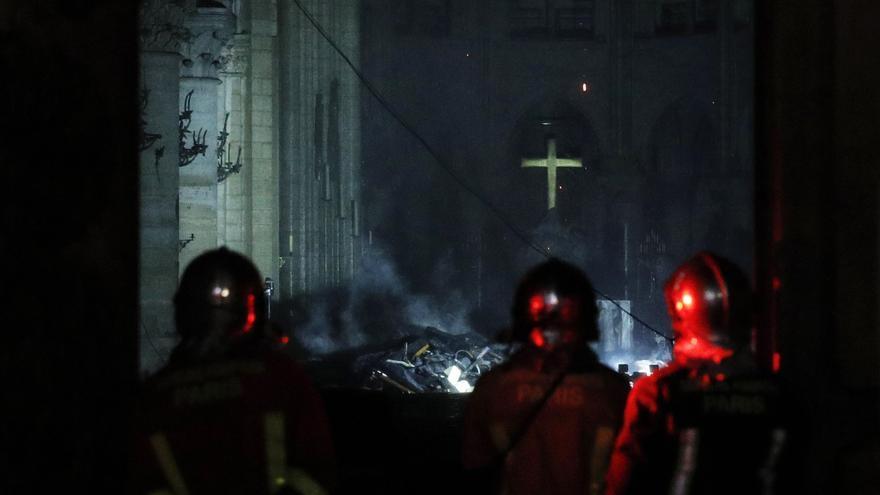 Bomberos entran al interior de la catedral mientras se intentaba sofocar el incendio que se desató este lunes en el edificio.