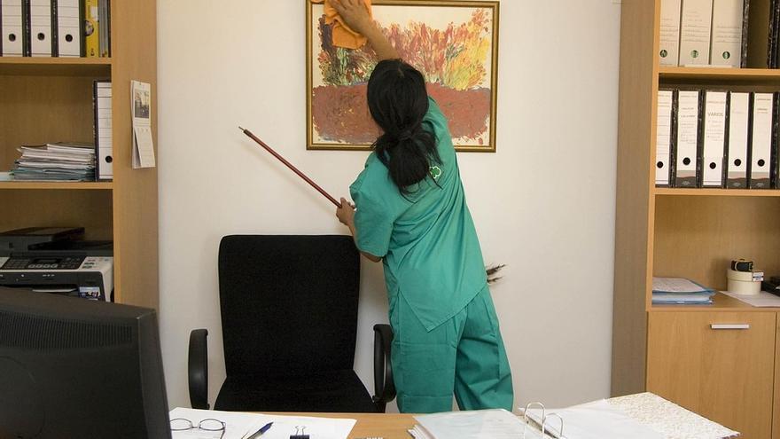 Una trabajadora limpia un despacho. Foto de archivo.