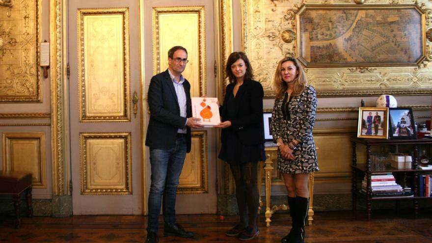 Sebastià entrega un cartel de Fallas a la responsable de Relaciones Internacionales del Ayuntamiento de Bruselas