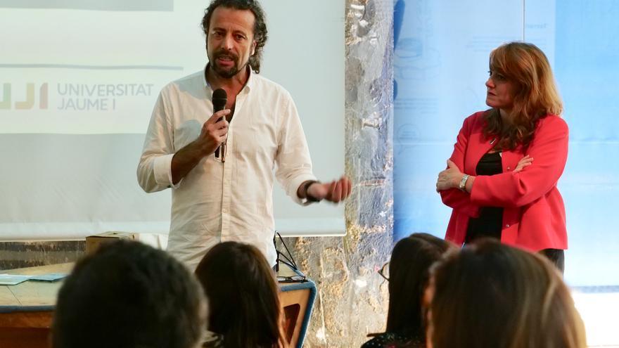 La periodista Maria Josep Picó, a la derecha, durante la presentación del proyecto Planeta Debug