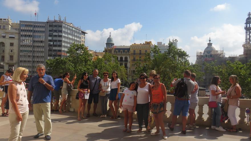 Varios visitantes en el balcón del Ayuntamiento de Valencia