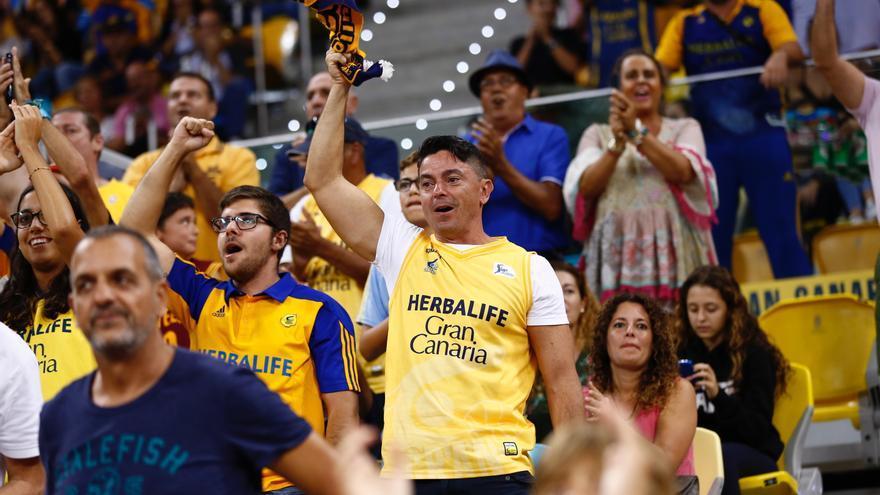 Aficionados del Herbalife Gran canaria en un partido en el Gran Canaria Arena