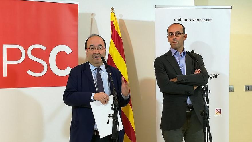 El primer secretario del PSC, Miquel Iceta, y el presidente de Units Per Avanzar, Oriol Molins, presentan su acuerdo.