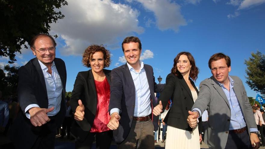 García Escudero, Montserrat, Casado, Ayuso y Martínez-Almeida durante el acto de cierre de la campaña del 26M.