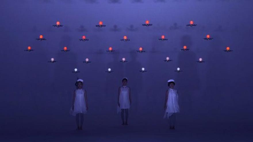 Las chicas y los drones de Daito Manabe