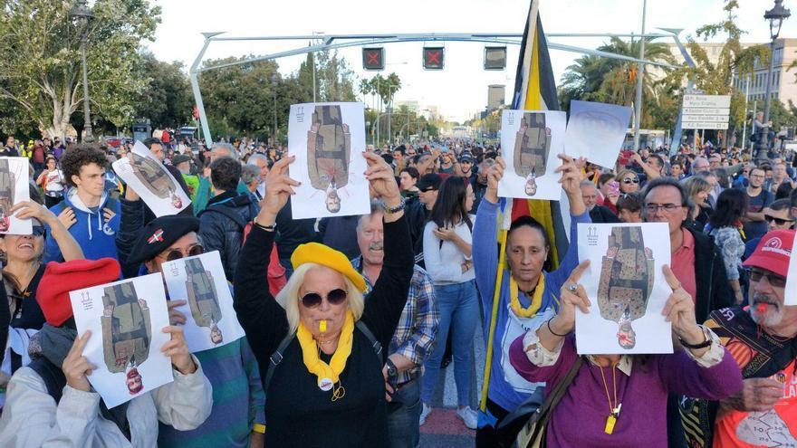 Cientos de personas protestan contra la visita de Felipe VI a Cataluña