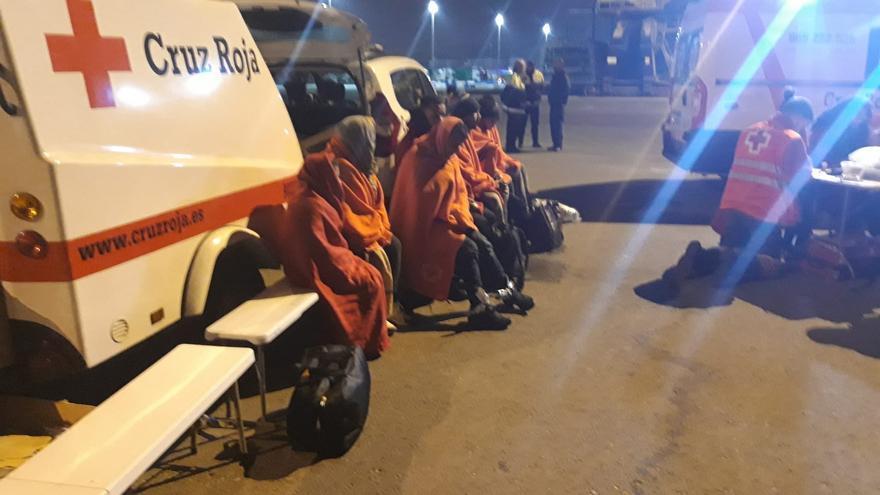 Imagen de la atención de la Cruz Roja a los ocupantes de la patera