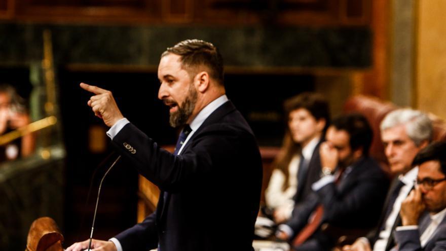 El presidente de Vox, Santiago Abascal, interviene desde la tribuna del Congreso de los Diputados en la primera sesión del debate de investidura a la Presidencia del Gobierno