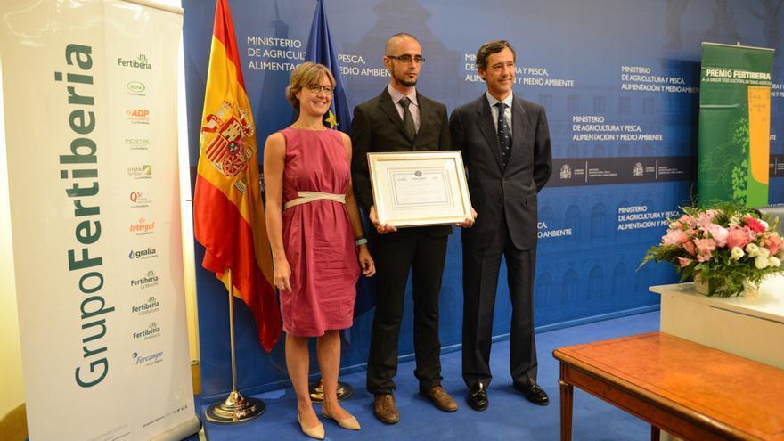 La ministra García Tejerina junto a Javier Goñi en la entrega de premios Fertiberia a tesis doctorales agrícolas.