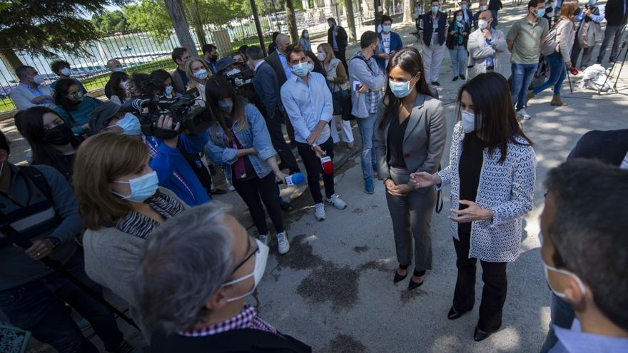 La vicealcaldesa de Madrid, Begoña Villacís, y la presidenta de Ciudadanos (Cs), Inés Arrimadas, atienden a los medios durante el acto de inauguración de la exposición sobre el Bosque Metropolitano.
