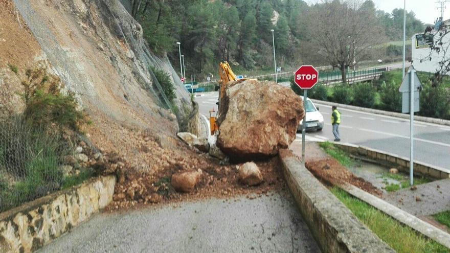 En Moixent se desprendió una roca junto a la CV-652