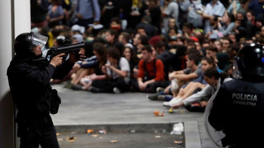 Centenares de personas pasan la noche en El Prat tras el bloqueo y las cancelaciones del lunes