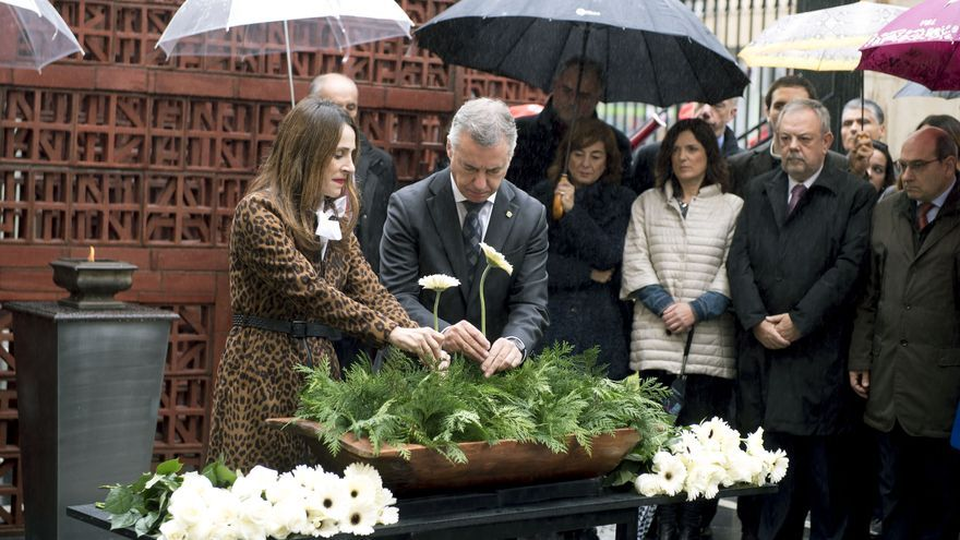 El lehendakari Urkullu junto a la presidenta del Parlamento vasco, Bakartxo Tejeria, durante un acto de homenaje a víctimas