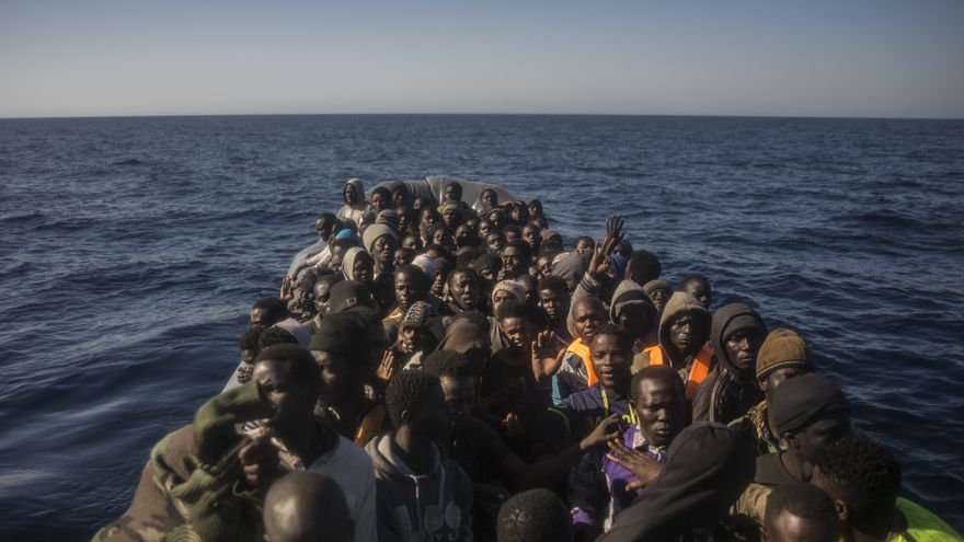 Refugiados y migrantes de diferentes países africanos esperan ser asistidos por una ONG a bordo de una embarcación de goma, a unos 20 kilómetros al norte de Sabratha, Libia, el 4 de marzo de 2017.