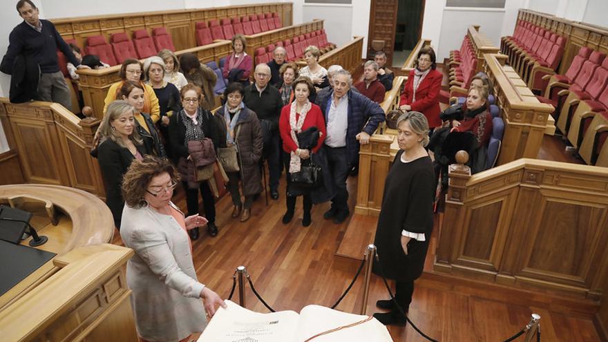 Uno de los grupos visitantes en el Salón de Plenos del Parlamento castellanomanchego