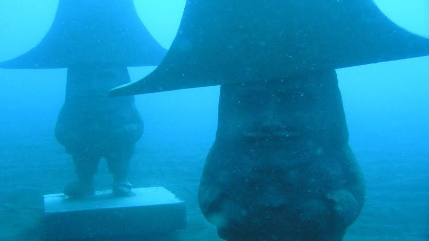 Dos de las imágenes de Los Enanos de La Bajada sumergidas en el Parque Temático Submarino de Santa Cruz de La Palma. Foto: DANNY MEDINA.