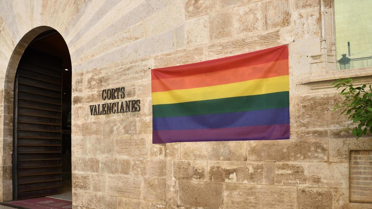 La bandera arcoiris en la fachada del Parlamento autonómico.
