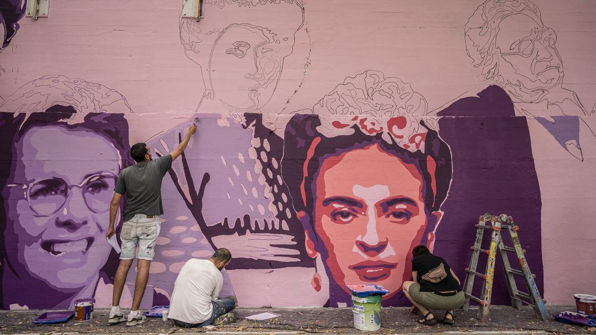 Proceso de restauración del mural feminista de Ciudad Lineal.