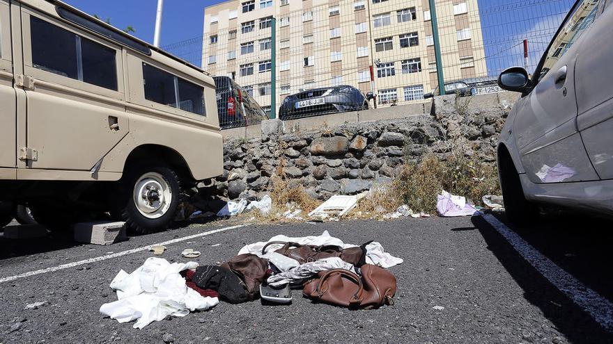 Suciedad y abandono en una zona de aparcamientos cerca de la avenida Príncipes de España, en Ofra