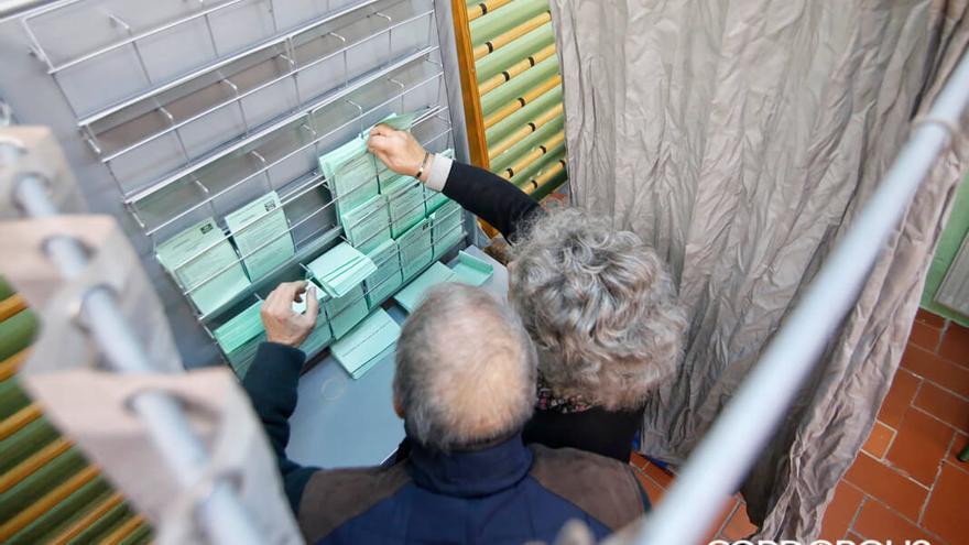 Una pareja busca su voto en una de las cabinas | ÁLEX GALLEGOS