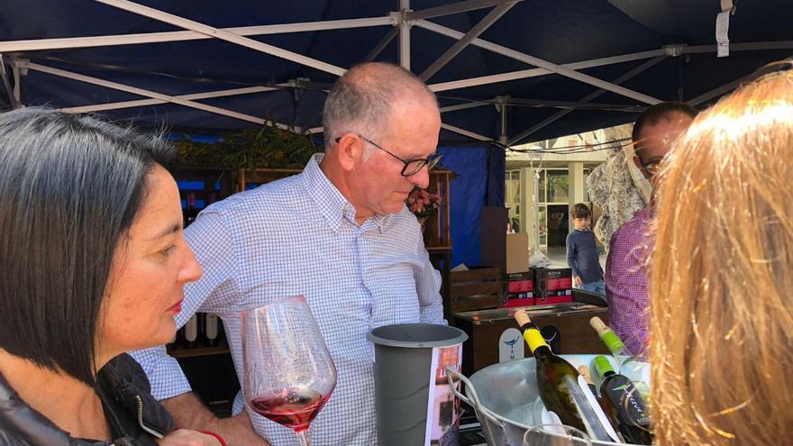 Los asistentes degustaron vinos y tapas de la tierra.