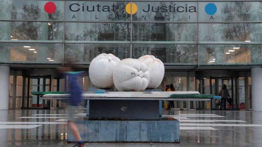 La reproducción de la obra 'Las tres gracias', ante la Ciutat de la Justícia