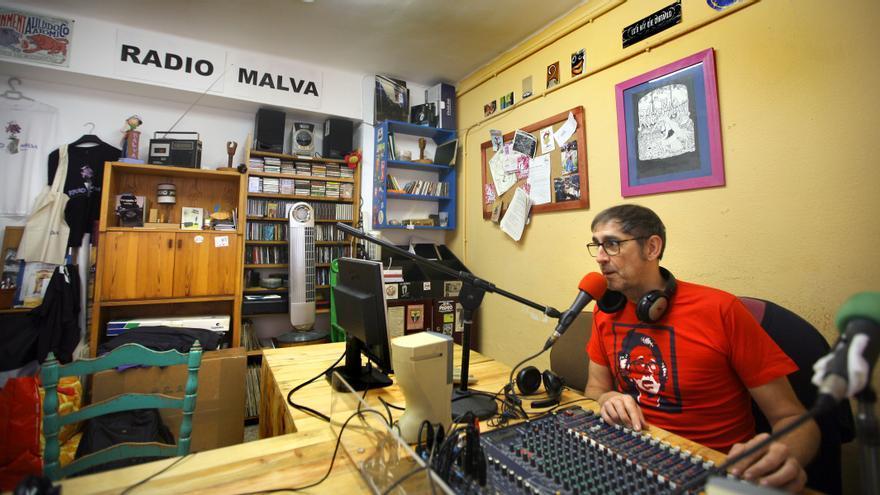 Carlos, durante una emisión de Radio Malva.