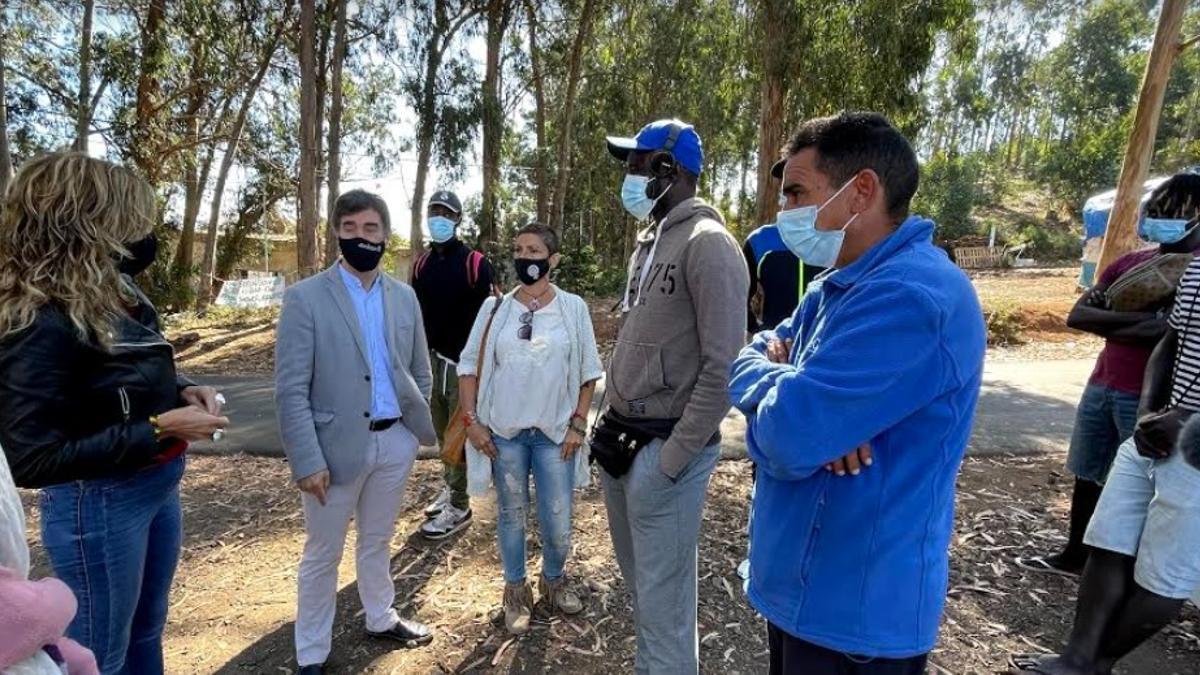 El consejero de Políticas Migratorias y Justicia de Navarra, Eduardo Santos, en su visita al campamento de Las Raíces.