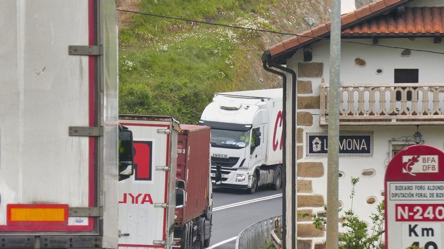 Camiones en una carretera vizcaína