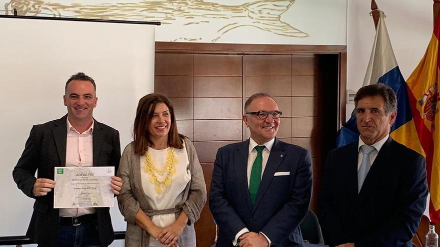David Ruiz (i), concejal de Turismo de Tazacorte, en el acto de entrega de los 'galardones azules' a la playa del Puerto y al sendero  El Time.