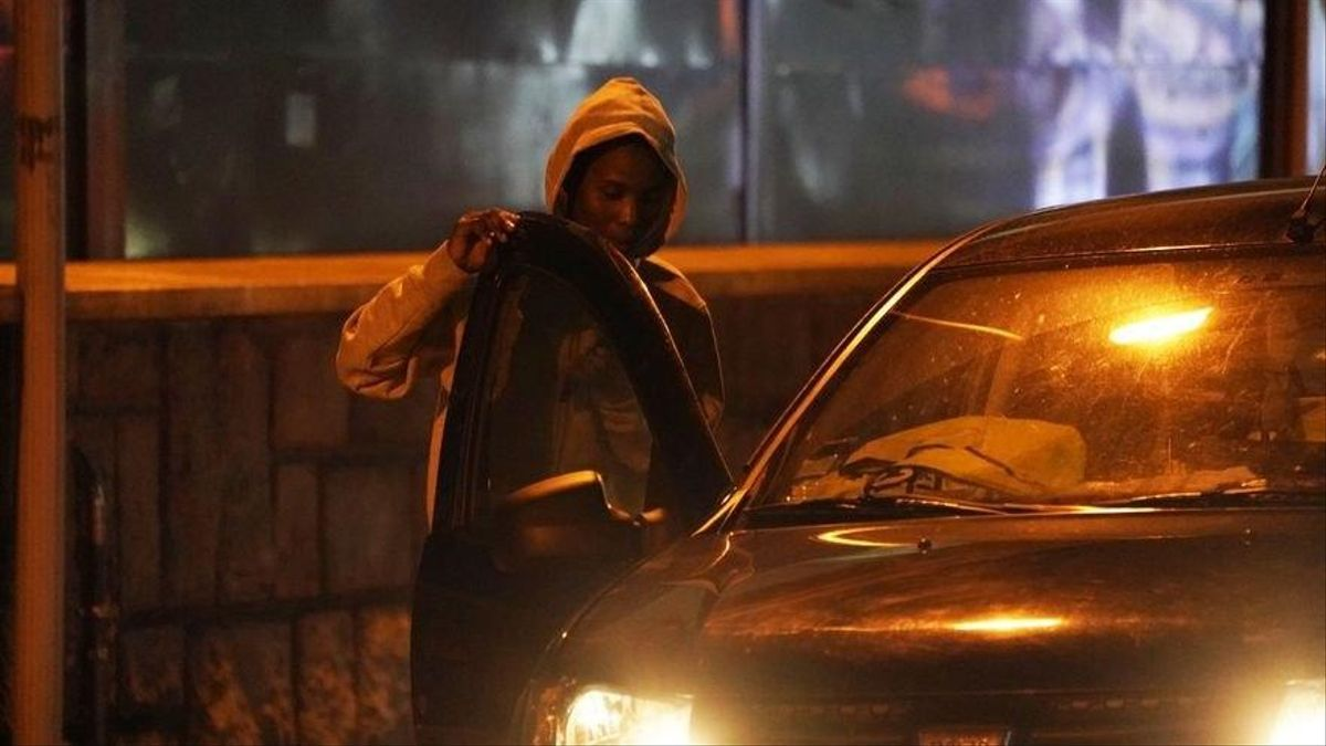 Un vehículo recoge a un migrante en tránsito junto a la frontera de Francia